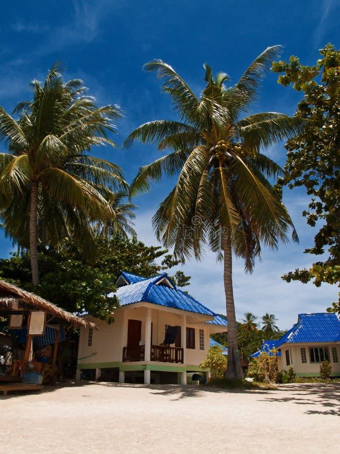 Tropische Strandbungalowe lizenzfreie stockfotos