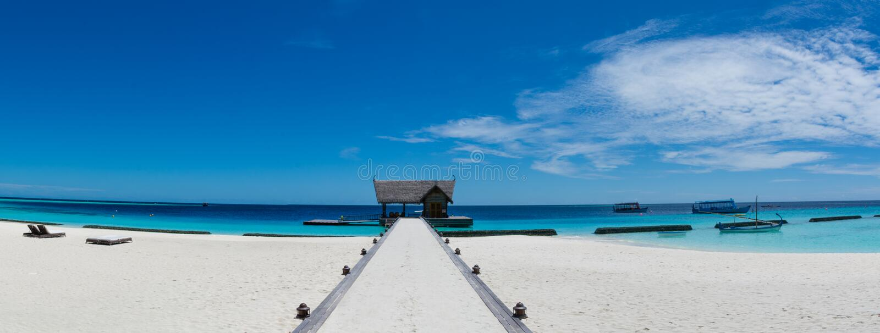 Tropische Strandinsel-Panoramalandschaft bei Malediven stockfotografie