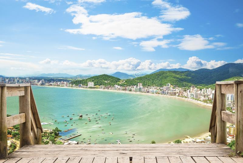 Tropische Strandlandschaftsansicht - itapema Strand - Santa Catariana stockbild