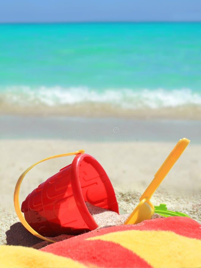 Tropische strandspeelgoed en oceaan royalty-vrije stock afbeelding