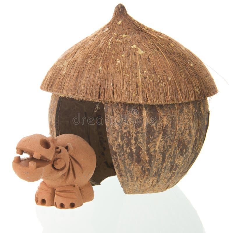 Tropische Strohhütte mit Flusspferd stockfotografie