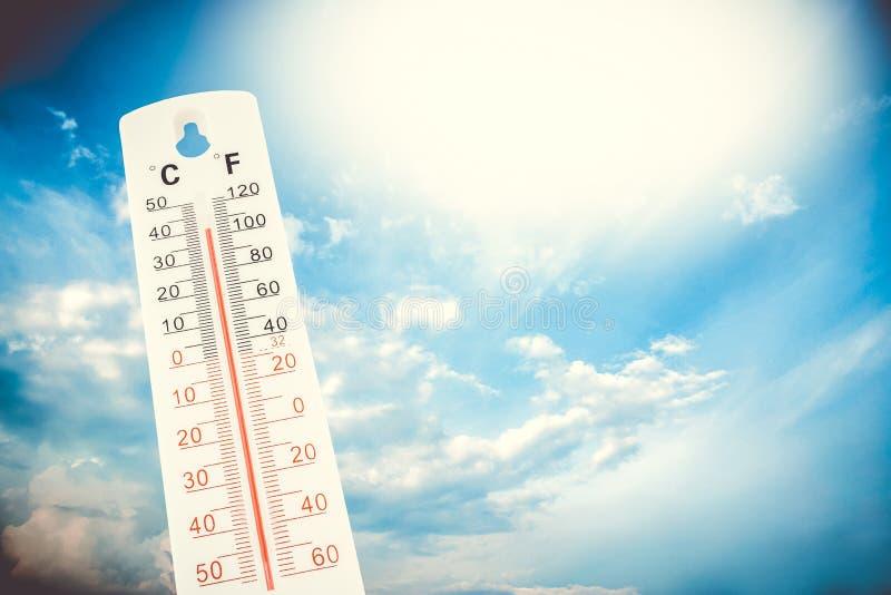 Tropische Temperatur, gemessen auf einem Thermometer im Freien, globale Hitzewelle stockbild