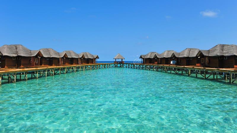 Tropische toevlucht met waterbungalowwen in de Maldiven royalty-vrije stock afbeelding