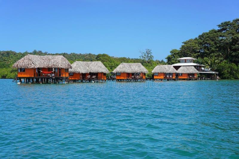 Tropische toevlucht over het water met bungalowwen royalty-vrije stock foto