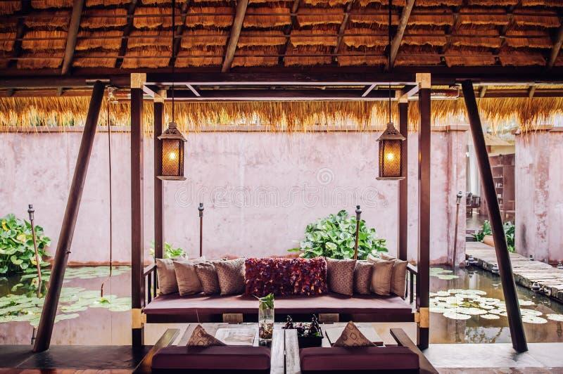 Tropische Toevluchtwoonkamer met houten meubilair, tropische styl stock foto