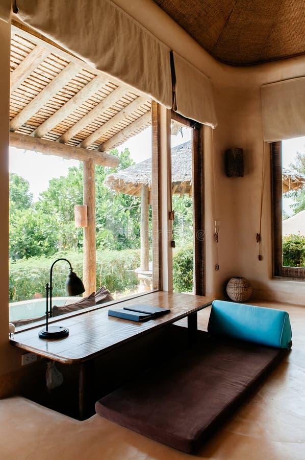 Tropische Toevluchtwoonkamer met Thaise futon, driehoekshoofdkussen en royalty-vrije stock foto