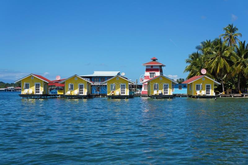 Tropische vakantiebungalowwen over water royalty-vrije stock fotografie