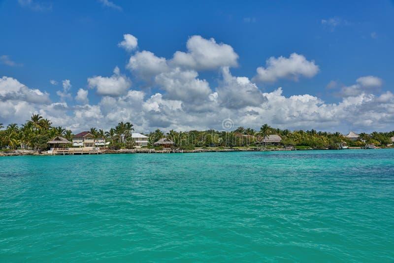 Tropische villa's en bungalowwen zoals die van het turkooise oceaan typische Caraïbische Eilandleven worden gezien royalty-vrije stock foto's