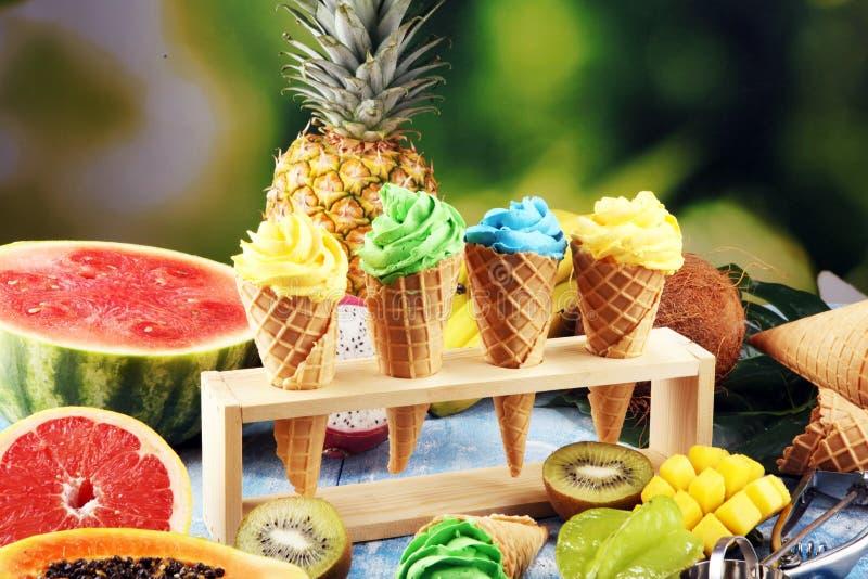 Tropische vruchten achtergrond, vele kleurrijke rijpe verse tropische vruchten royalty-vrije stock afbeelding