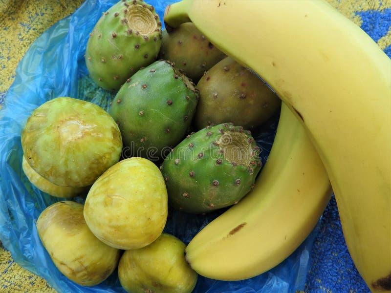 Tropische vruchten in een pakket op het zand in Afrika stock afbeelding
