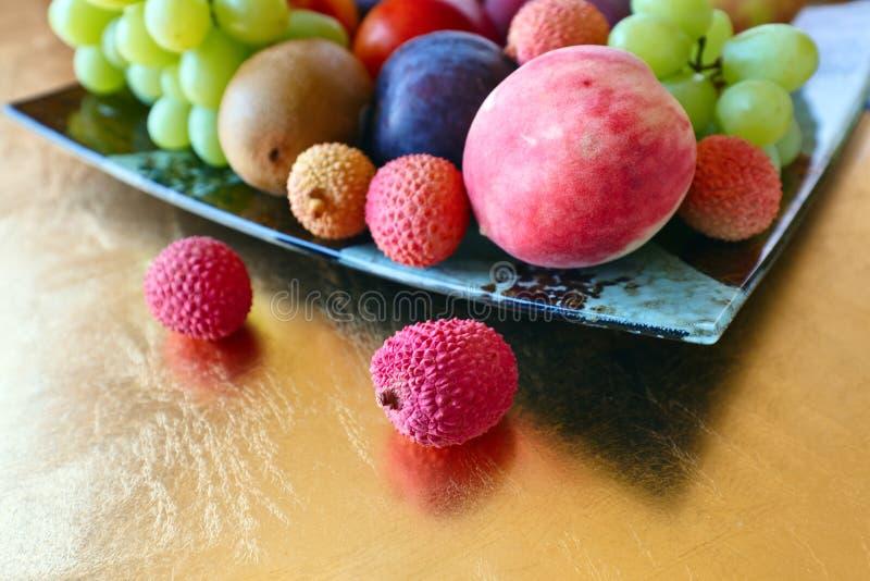 Tropische vruchten op een keukenlijst royalty-vrije stock afbeelding