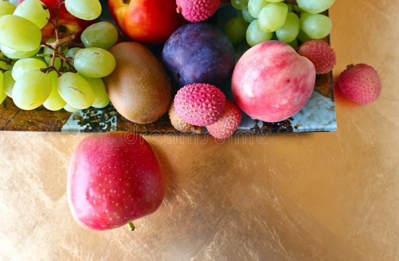 Tropische vruchten op een keukenlijst royalty-vrije stock foto's