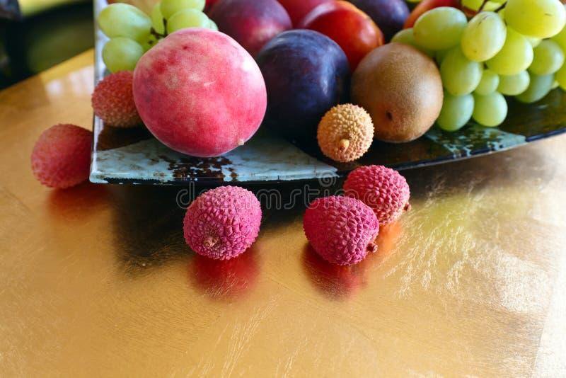 Tropische vruchten op een keukenlijst stock foto's