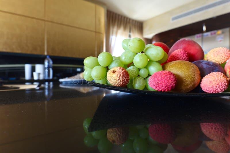 Tropische vruchten op een keukenlijst royalty-vrije stock fotografie