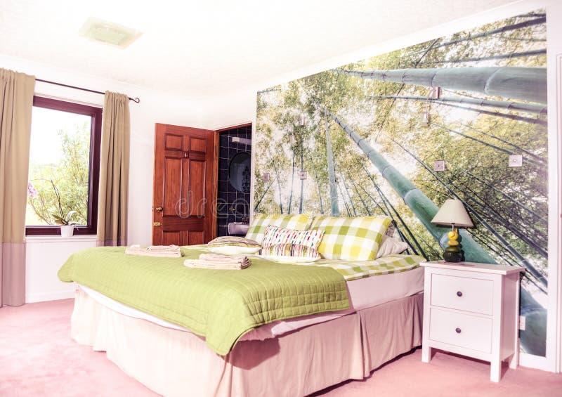 Tropische Waldtapete im Schlafzimmer stockbilder