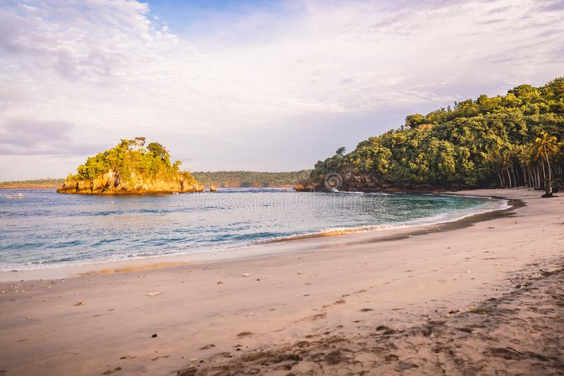 Tropische zandige strand en oceaan in Bali bij zonsondergang of zonsopgang stock afbeelding