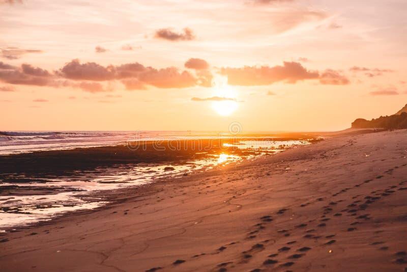Tropische zandige strand en zonsondergang of zonsopgangkleuren stock afbeeldingen