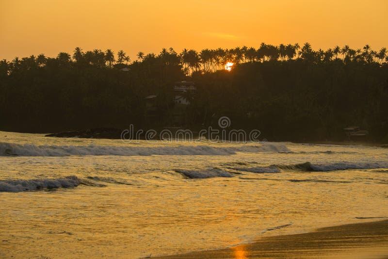 Tropische zandstrand en zeewatergolf tijdens zonsondergang, Sri Lanka royalty-vrije stock fotografie