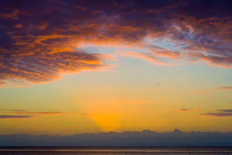Tropische zonsondergang royalty-vrije stock afbeelding