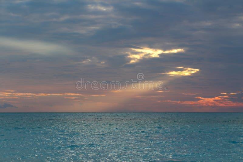 Tropische zonsondergang in een Caraïbisch eiland, de Bahamas royalty-vrije stock afbeelding