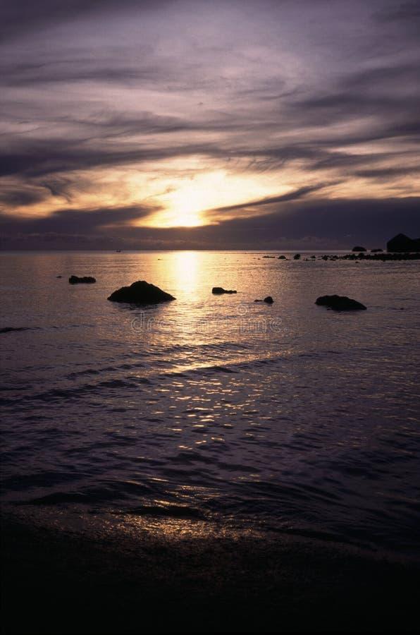 Tropische zonsondergang op Crystal Bay Beach op de Oostkust van Samui-Eiland, Thailand stock foto