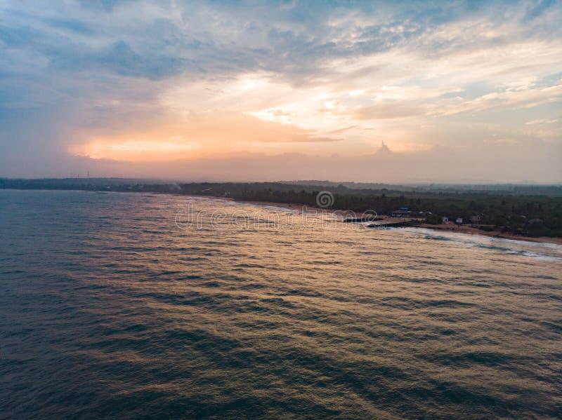 Tropische zonsondergang op oceaanstrand Sri Lanka royalty-vrije stock afbeelding