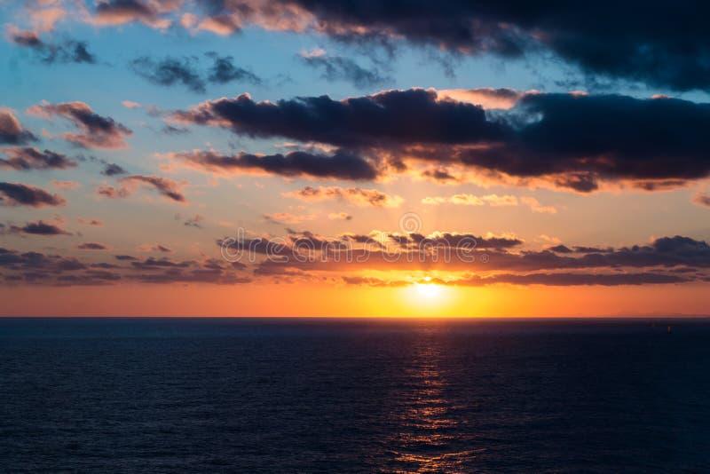 Tropische Zonsondergang over de Overzeese Horizon royalty-vrije stock afbeeldingen