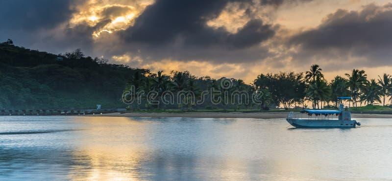 Tropische Zonsopgang met Eiland, Palmen en Boot stock afbeeldingen