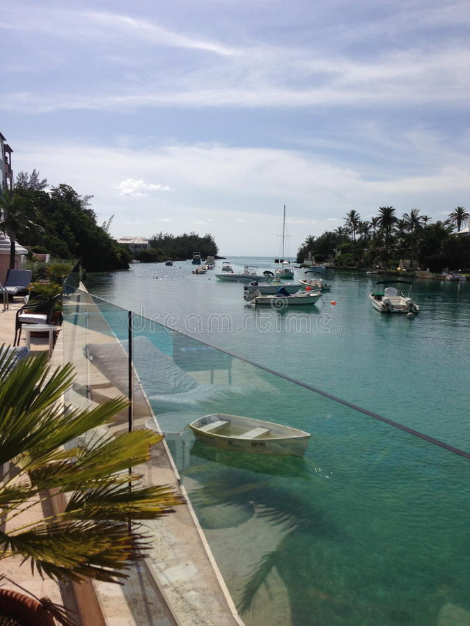 Tropischer Einlass, Boote und palmtrees stockfotografie