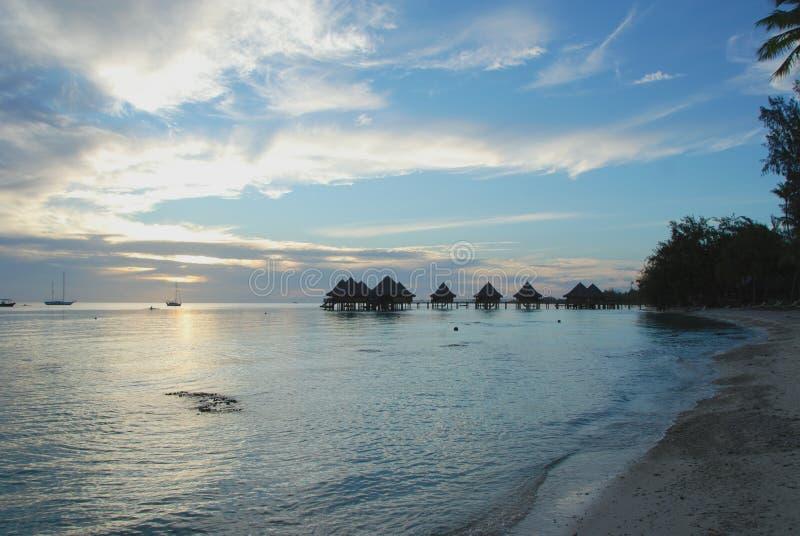 Tropischer Erholungsort bei Sonnenuntergang auf das Polynesien stockfoto