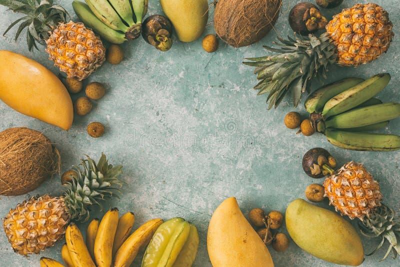 Tropischer Hintergrund des Sommers mit verschiedenen Früchten stockbild
