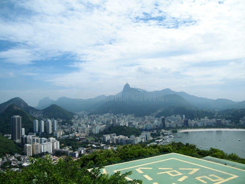 Tropischer Kolonialhubschrauber-landeplatz Rio de Janeiro nah an Brasilien mit üppiger grüner Regenwaldvegetation und der Küste lizenzfreie stockfotos