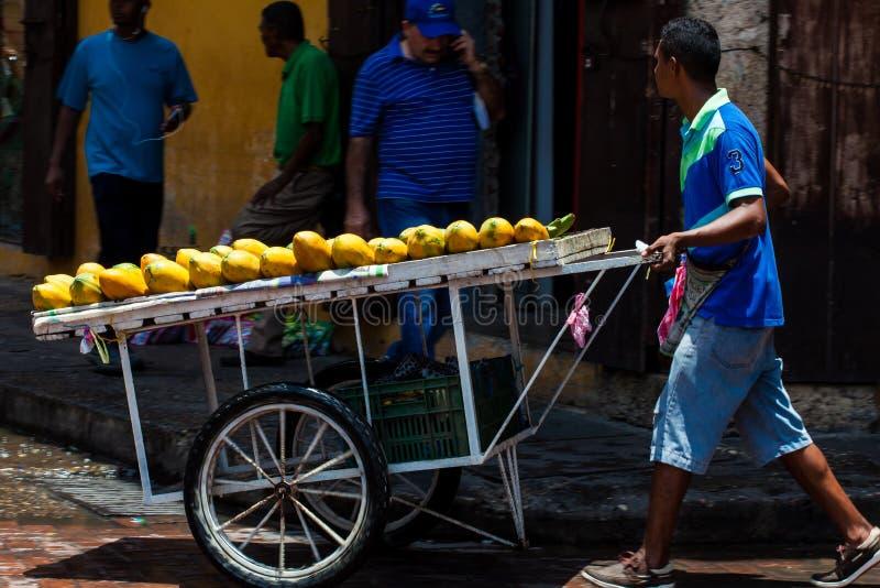 Tropischer Papayafrucht-Straßenhändler an der ummauerten Stadt in Cartagena de Indias lizenzfreie stockfotografie