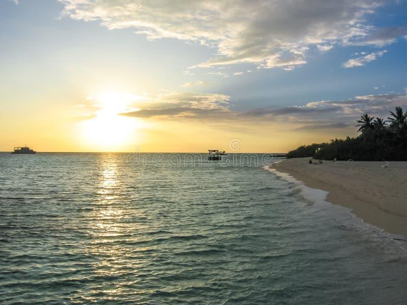 Tropischer Seesonnenuntergang stockfoto