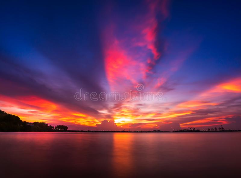 Tropischer Sonnenuntergang auf dem Strand lizenzfreies stockfoto