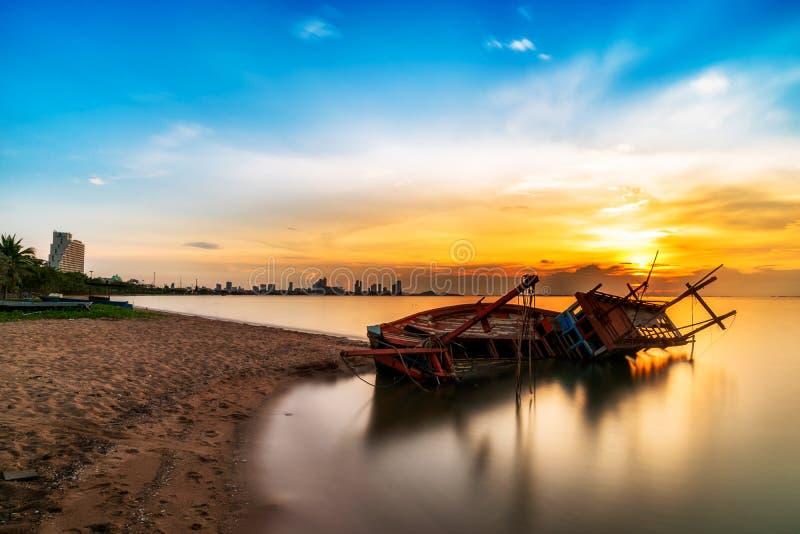 Tropischer Sonnenuntergang auf dem Strand stockfoto