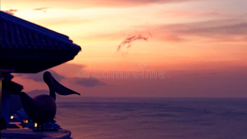 Tropischer Sonnenuntergang auf Küste stockfotografie