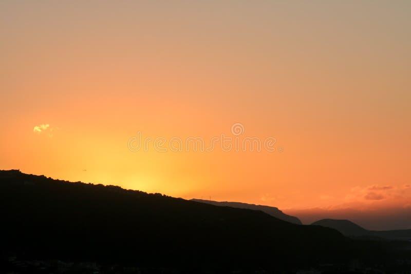 Tropischer Sonnenuntergang hinter den Bergen von Teneriffa lizenzfreie stockfotos
