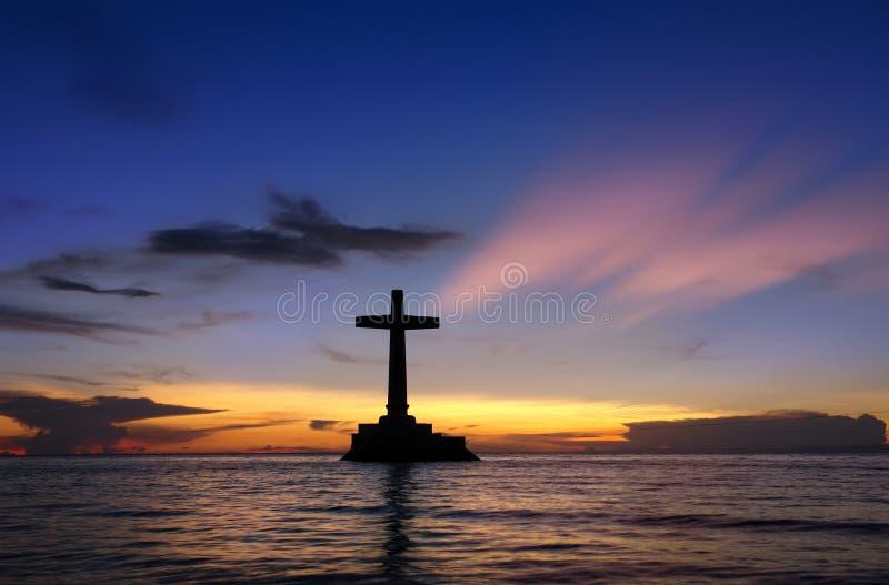 Tropischer Sonnenuntergang mit Querschattenbild. lizenzfreie stockfotos