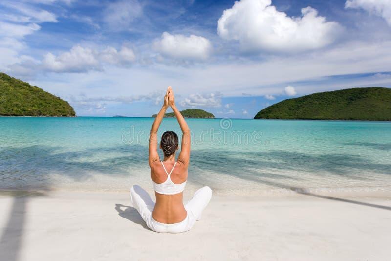 Tropischer Strand der Frau stockfoto