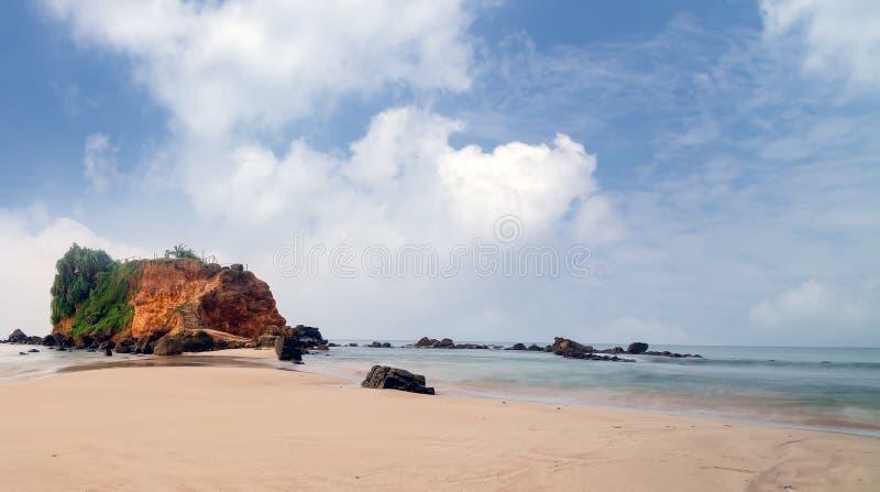 Tropischer Strand des Felsens in Mirissa, Sri Lanka lizenzfreies stockfoto