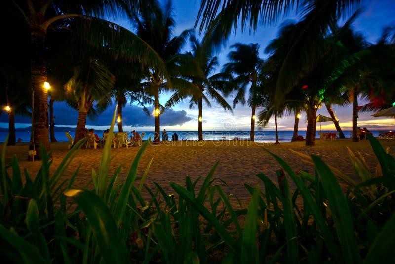 Tropischer Strand im Sonnenuntergang stockfoto