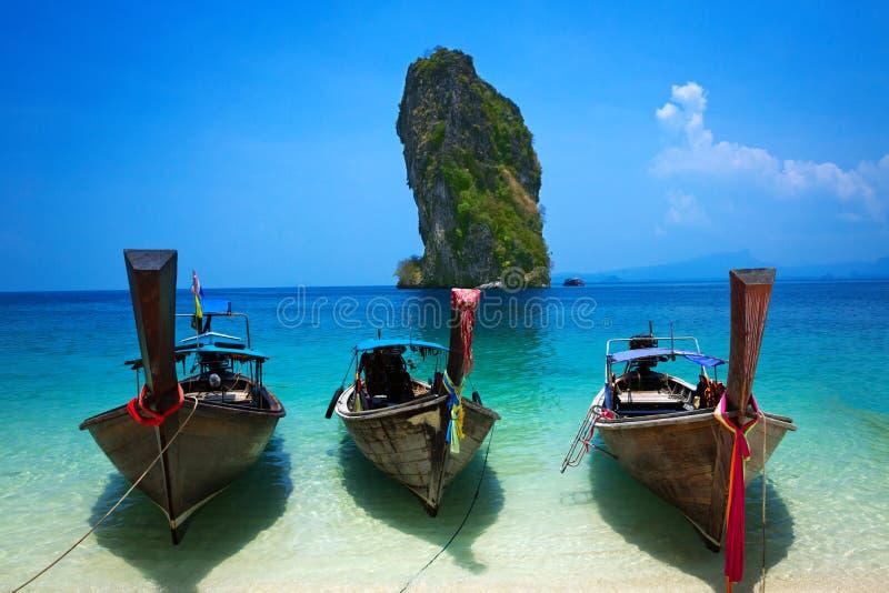 Tropischer Strand, Longtail-Boot, Andaman-Meer, Krabi, Thailand stockfotografie