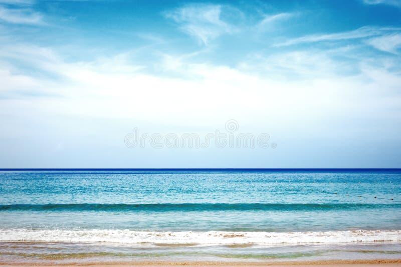 Tropischer Strand Meer und Küstenlinie stockbild