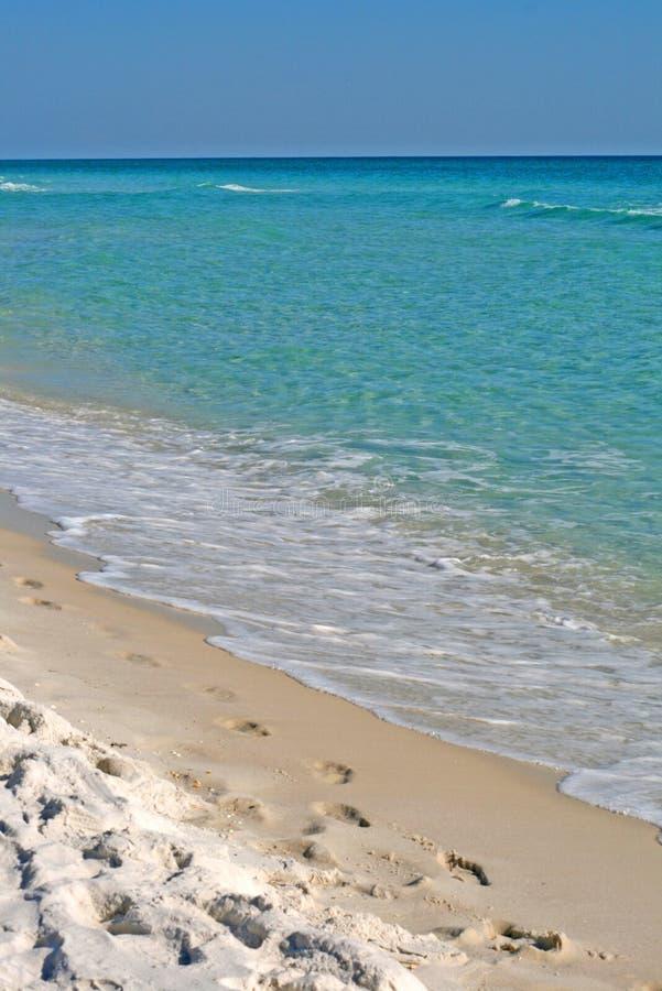 Tropischer Strand mit Abdrücken im Sand stockfotos