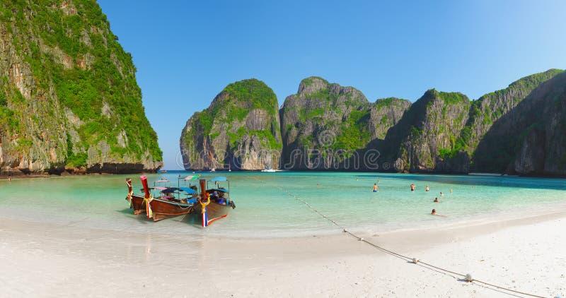 Tropischer Strand mit Booten und Felsen. Thailand, Phi Phi stockbilder