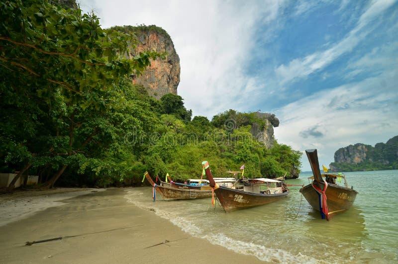 Tropischer Strand mit langen Booten lizenzfreie stockfotografie