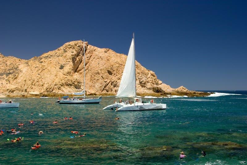 Tropischer Strand mit Segelbooten stockfoto
