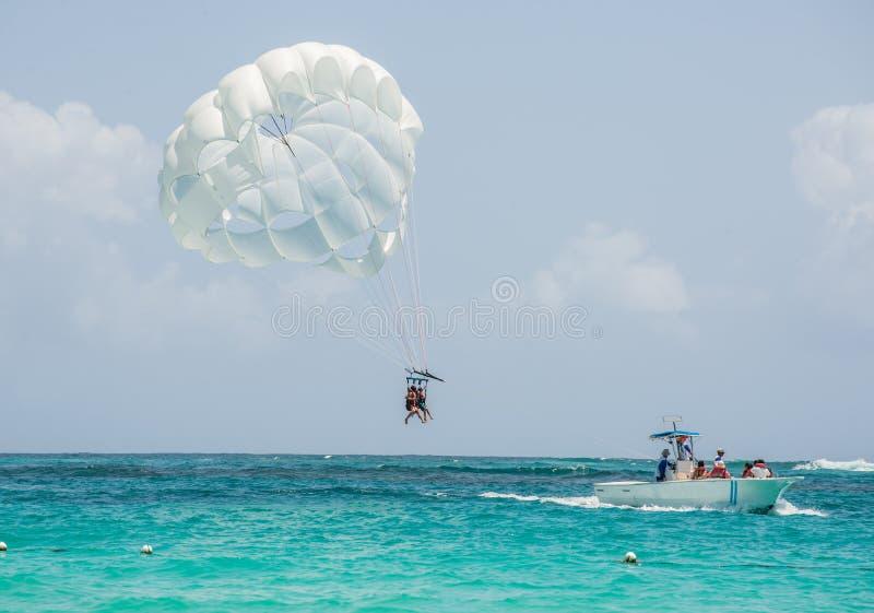 Tropischer Strand Parasailing mit weißen Sanden und blauem Wasser lizenzfreie stockbilder