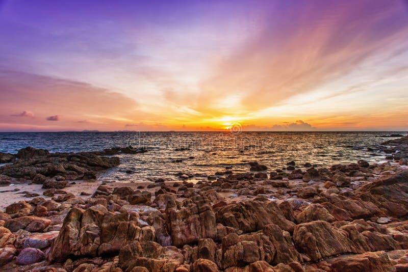 Download Tropischer Strand Am Sonnenuntergang. Stockbild - Bild von blau, strand: 26366415